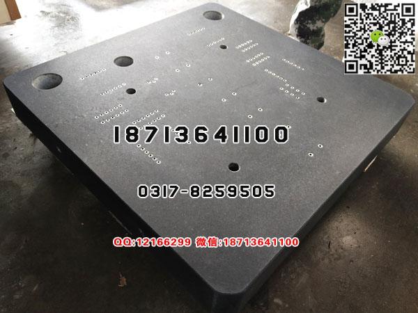 花岗石基座采用优质济南青石料经机械加工和手工精磨制成。黑色光泽,结构精密,质地均匀,稳定性好,强度大,硬度高,能在重负荷及一般温底下保持高精度,并且具有不生锈,耐酸碱,耐磨性,不磁化, 不变型等优点.花岗石平板适用于机械工厂的测量工具。 高精度花岗石基座的加工是先用金刚石圆锯片将花岗石荒料锯切成所需尺寸,再经过数道工序的砂轮磨削,需要钻孔时则用金刚石取芯钻头。